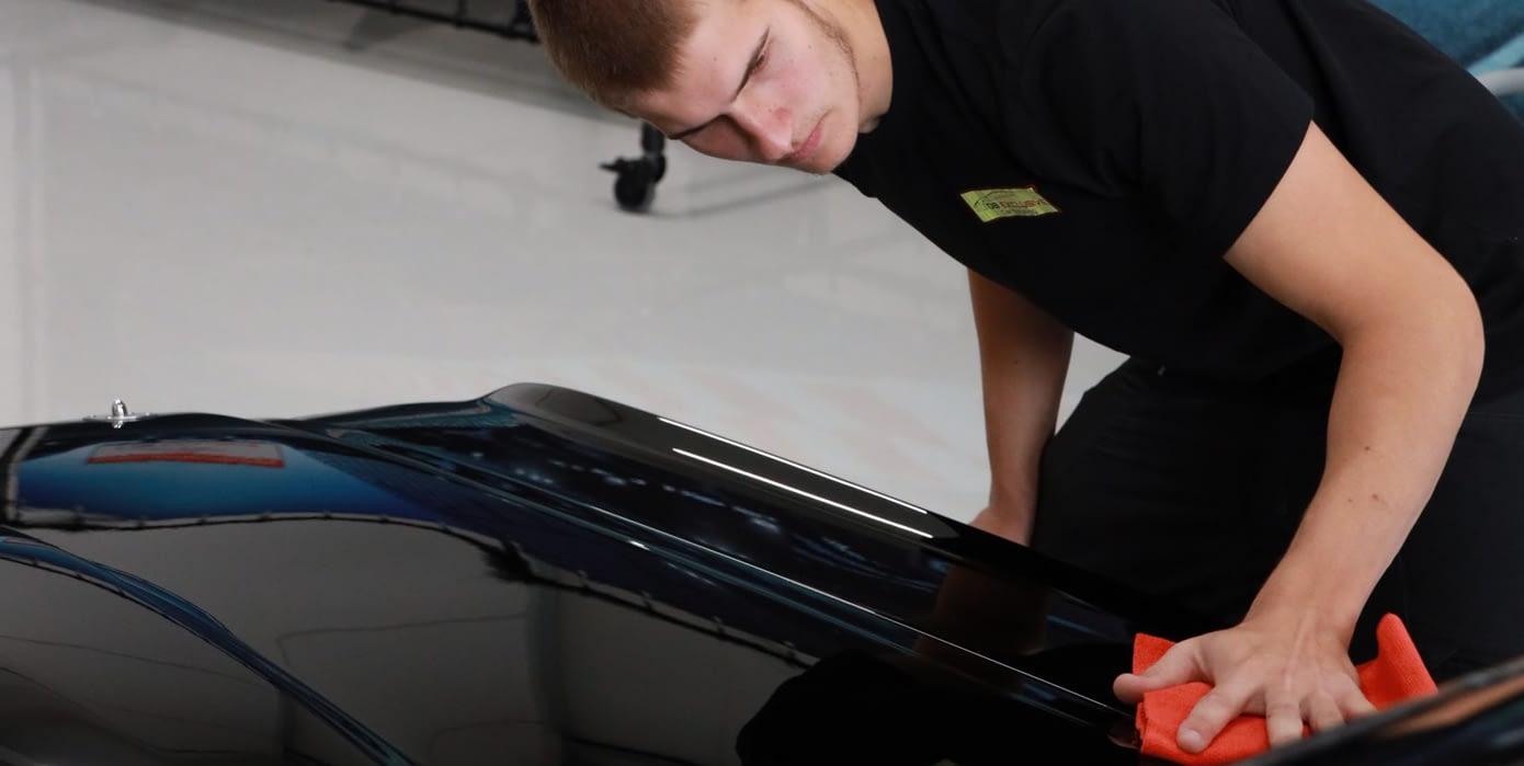 DB Exclusive Dario bezig met Car Detailing